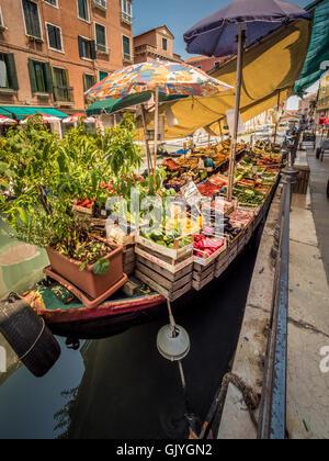 Amarrados barcaza vendiendo frutas y verduras, en el río de S. Ana, en Venecia.