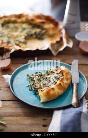 Un trozo de tarta con hierbas provenzales Foto de stock