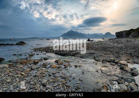 Una noche tormentosa en la playa en Elgol en la Isla de Skye en Escocia, Loch Scavaig mirando a través de Soay Foto de stock