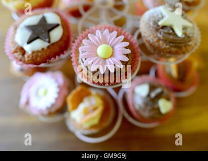 Cupcakes decorados en un soporte de pantalla.