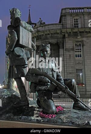 Gordon Highlander Castlegate, Centro de la ciudad de Aberdeen, Escocia, al atardecer Foto de stock