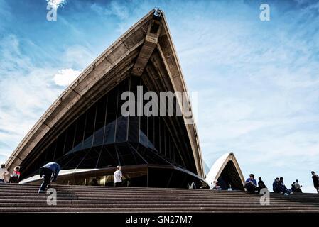 Los turistas que visitan la Casa de Ópera de Sidney en Australia en detalle histórico día soleado Foto de stock