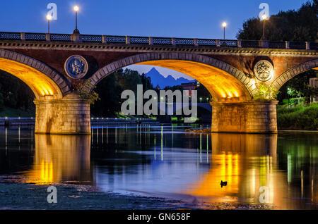 Turín (Torino) hermoso paisaje al atardecer con el río Po, Ponte Isabella y el Monviso