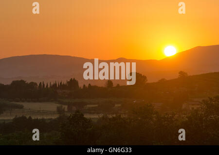 Umbría, puesta de sol en las colinas cerca de Asís