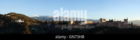 Panorama de la Alhambra en Granada, Andalucía, España, en la fotografía, desde el Mirador de San Nicolás en el distrito de Albayzín.