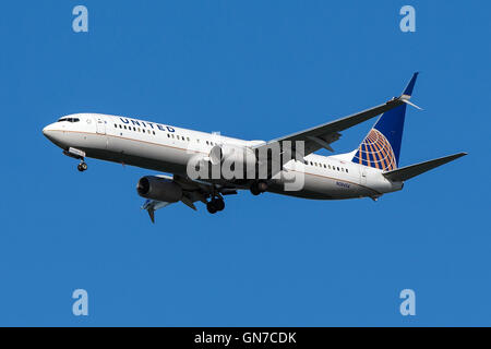 United Airlines Boeing 737-924ER (registro N38454) se acerca al Aeropuerto Internacional de San Francisco (SFO) en San Mateo, California, Estados Unidos de América