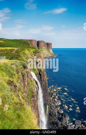 Mealt Falls en la Isla de Skye donde el agua de lago Mealt sumerge a lo largo de escarpados acantilados en el sonido Foto de stock