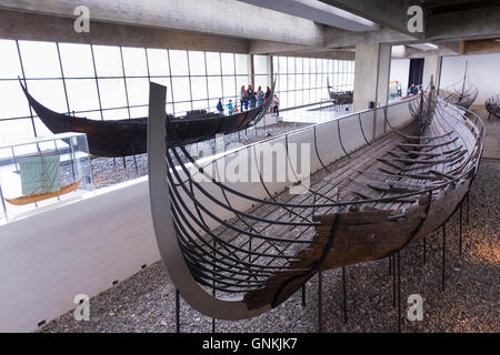 Los turistas ver original Sculdelev longboat exhibición en el Museo de Barcos Vikingos de Roskilde en Zelanda, Dinamarca