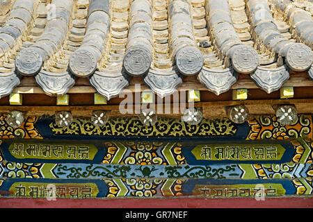 Desprovistos de sus lunas Chinese-Style tradicionales Tejas ornamentales y la pintura de la pared frontal del Dalai Foto de stock