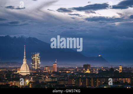 Turín (Torino) panorámica de alta definición con todo el horizonte de la ciudad incluyendo la Mole Antonelliana, la Sacra di San Michele