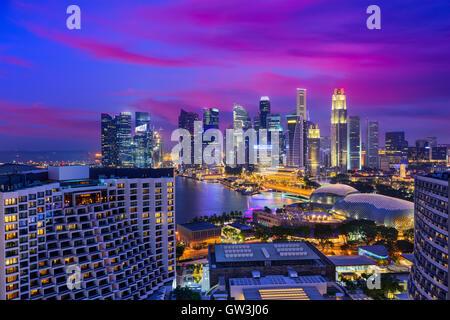 El distrito financiero de Singapur skyline al atardecer.