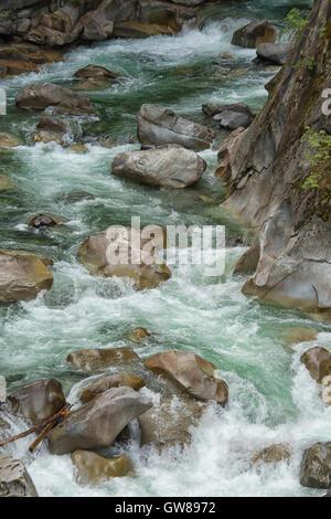 La Coquihalla Río como fluye a través de la Coquihalla Canyon en los túneles de Otelo, cerca de la ciudad de la esperanza Foto de stock