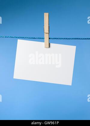 Línea de lavado con colgante papel en blanco