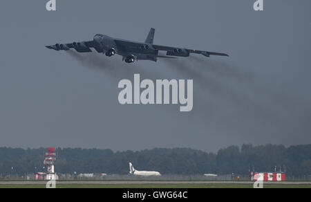 Mosnov, República Checa. 13 Sep, 2016. Estados Unidos bombarderos estratégicos B-52 Stratofortress (foto) aterriza en el aeropuerto Mosnov, República Checa, 13 de septiembre de 2016. El bombardero B-52 tendrá sus primeros vuelos dentro del ejercicio de la OTAN el domingo durante días y días en la Fuerza Aérea Checa aeropuerto Mosnov en septiembre 17-18. Crédito: Jaroslav Ozana/CTK Foto/Alamy Live News