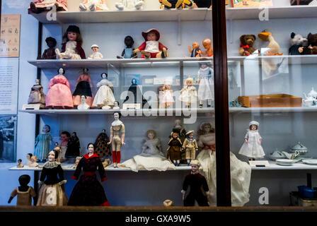 Copenhague, Dinamarca, en el interior, el Museo Nacional Nationalmuseet muñecas antiguas Colección en exhibición en los estantes