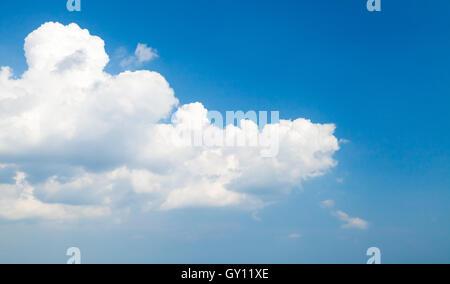 Nubes cumulus en el cielo azul profundo, natural foto de fondo