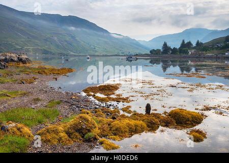 Loch Duich en las tierras altas de Escocia. Foto de stock