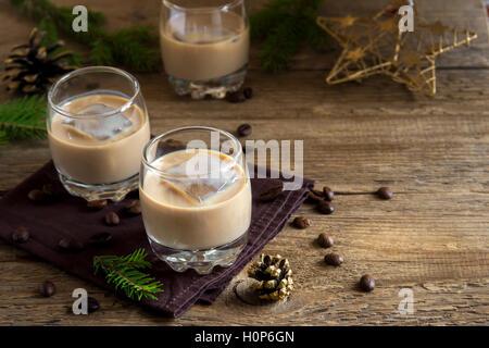 Crema de licor de café con hielo, decoración de Navidad y adornos en madera rústica - fondo festivo caseros