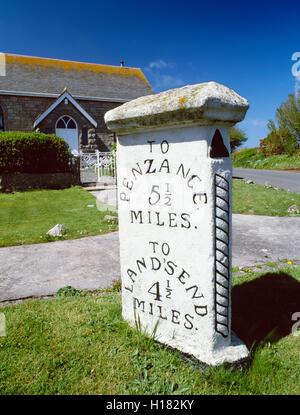 Un hito de tres caras junto a una antigua capilla en la carretera A30 entre Land's End y Penzance, Cornwall, al Suroeste de Inglaterra, Reino Unido.