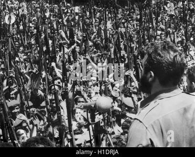 El líder de la revolución cubana y el Primer Ministro Fidel Castro dando una charla en el centro de La Habana el 16 de abril de 1961 (el día antes de la invasión de Bahía de Cochinos patrocinado) a los revolucionarios armados. Foto por Raúl Corrales. Foto de stock