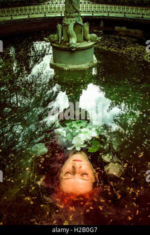 Lady in water fountain.Retrato de la mujer elegante en medieval Foto de stock