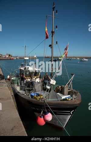 La comuna costera de Barfleur en Normandía, noroeste de Francia.Los pescadores preparar su barco para un viaje de pesca