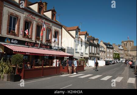 La comuna costera de Barfleur en Normandía, noroeste de Francia. Cafe en el Quayside