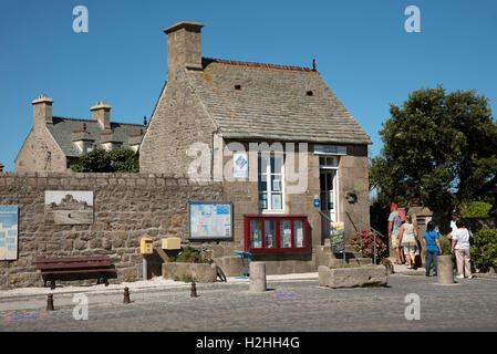 La comuna costera de Barfleur en Normandía, noroeste de Francia. Alojados en este pequeño edificio se encuentra la oficina de turismo