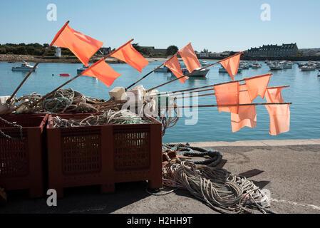 La comuna costera de Barfleur en Normandía, noroeste de Francia. Banderas de marcador del pescador en el muelle