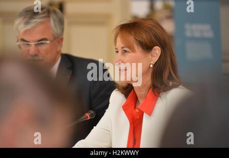París, Francia. 29 Sep, 2016. La Ministra francesa de Medio Ambiente, Segolene Royal fotografiado durante una visita Foto de stock