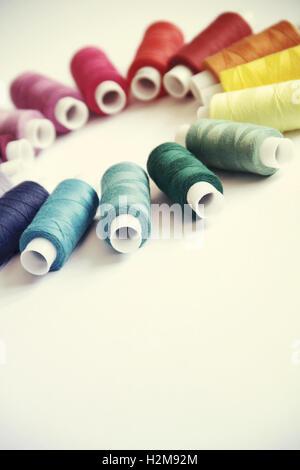 Hilos de coser de diferentes colores en el bonito dibujo