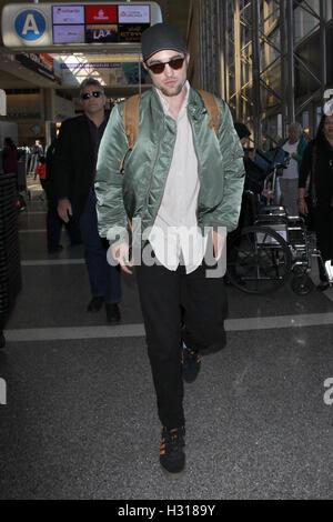 Los Angeles, CA, EE.UU. 3 Oct, 2016. Robert Pattinson visto en el aeropuerto LAX en Los Angeles, California, el 3 de octubre de 2016. Crédito: John Misa/Media Punch/Alamy Live News