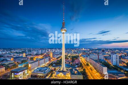 Horizonte de Berlín con la famosa torre de TV en Alexanderplatz en crepúsculo al atardecer, Alemania