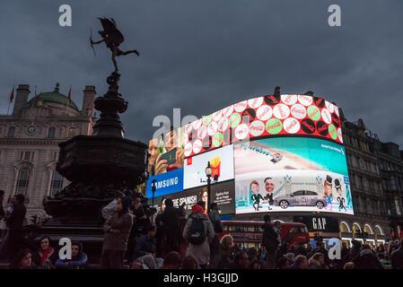 Londres, Reino Unido. 8 de octubre, 2016. Land Securities, propietario del sitio de Piccadilly Circus desde los años setenta, ha ganado el consentimiento de planificación para sustituir los seis pantallas LCD existente con una enorme state-of-the-art pantalla interactiva. Se informa de que la publicidad los analistas estiman que el sitio más grande podría valer tanto como 30 millones de libras, en comparación con los 4 millones de libras al año por pantalla actualmente. Crédito: Stephen Chung / Alamy Live News Foto de stock