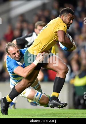 Londres, Reino Unido. 8 de octubre, 2016. Samu Kerevi de Team Australia es abordado durante el juego de campeonato de rugby - Argentina vs Australia en Twickenham Stadium. Crédito: Taka Wu/Alamy Live News Foto de stock