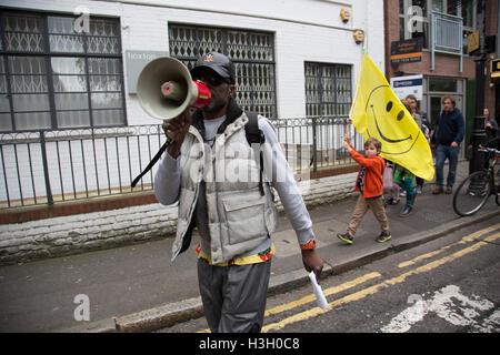 Demostración para salvar la vida nocturna en el Reino Unido tras el cierre del club de Londres Fabric manifestantes están luchando por salvar a lugares famosos de Londres en esta escena de clubs de Londres manifestación el sábado 8 de octubre de 2016 en Londres, Reino Unido. La protesta se exhorta a los gobiernos a proteger esta zona de nuestra cultura en Londres y en todo el Reino Unido. A partir de Hoxton Square, los manifestantes se reunieron en una pacífica y alegre y vibrante protesta a elevar la conciencia de las dificultades enfrentadas por la música electrónica y la cultura de club. Foto de stock