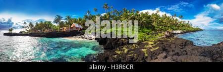 Vista panorámica de arrecifes de coral y palmeras en el lado sur de Upolu, Samoa, Islas.