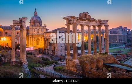 El Foro Romano está situado entre el Palatino y el Capitolio de la ciudad de Roma, Italia.