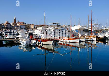 puerto deportivo en alghero, cerdeña, italia