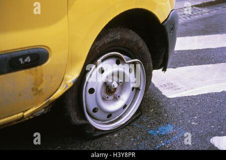 Renault, detalle, perfore la llanta, rotura, accidente, accidente de tráfico, accidente de tráfico, automóvil, amarillo, Renault Kangoo, rueda trasera, autobreakdown, desglose, accidente de tráfico, tráfico, accidentes, ambulancias, coches, coches de pasajeros, rotura, daños, empujado