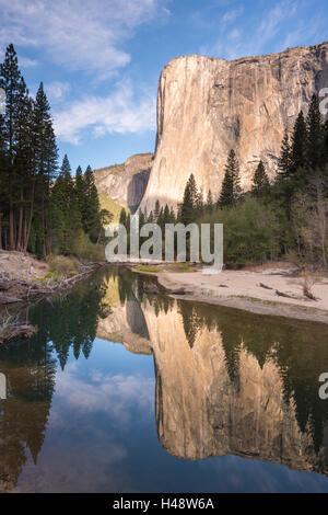 El Capitan se refleja en el río Merced, en el valle de Yosemite, el Parque Nacional Yosemite, California, USA. Otoño (octubre de 2014).