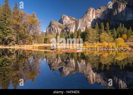 Valle de Yosemite se refleja en el río Merced, en vista del Valle, El Parque Nacional Yosemite, California, USA. Otoño (octubre de 2013).