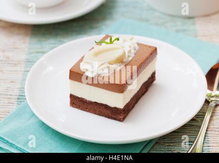 Tres mousse de chocolate cake en una placa blanca.