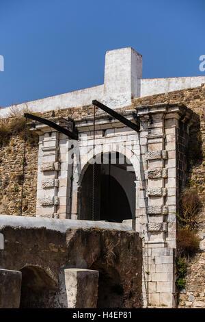 Dibujar el puente medieval de la ciudad muralla de la aldea de Estremoz, en Portugal.