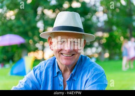 Anciano con sombrero sonriente, Baviera, Alemania