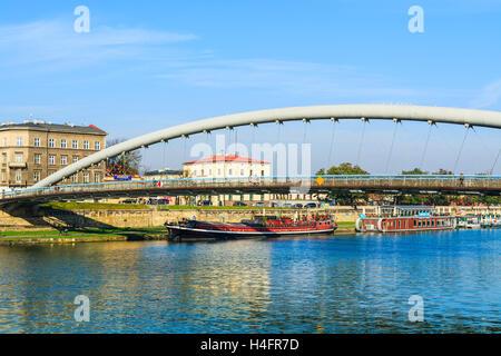 Bernatka puente sobre el río Vístula en el soleado día de otoño en la ciudad de Krakow, Polonia Foto de stock