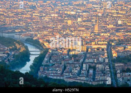 Turín (Torino) panorama al amanecer con la Mole Antonelliana