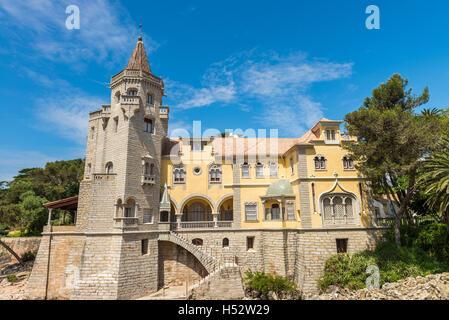 Cascais, Portugal - Abril 22, 2014: hermoso edificio del Museu Condes de Castro Guimarães en Cascais, Portugal