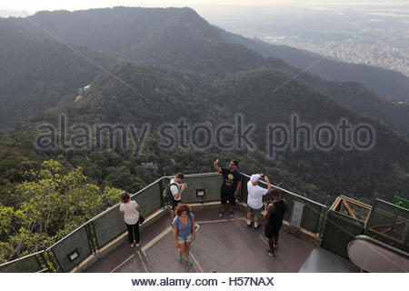 Los turistas en una plataforma de observación en el sitio de la estatua del Cristo Redentor, Río de Janeiro, Brasil Foto de stock
