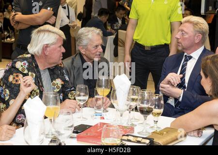 John Daly, Michael Douglas y Boris Becker, asistir a la Cena de Gala Inaugural durante la cuarta misión Hills celebridad mundial Pro-Am en Mission Hills complejo en octubre 20, 2016 en Haikou, provincia de Hainan de China.   Verwendung weltweit/Picture Alliance